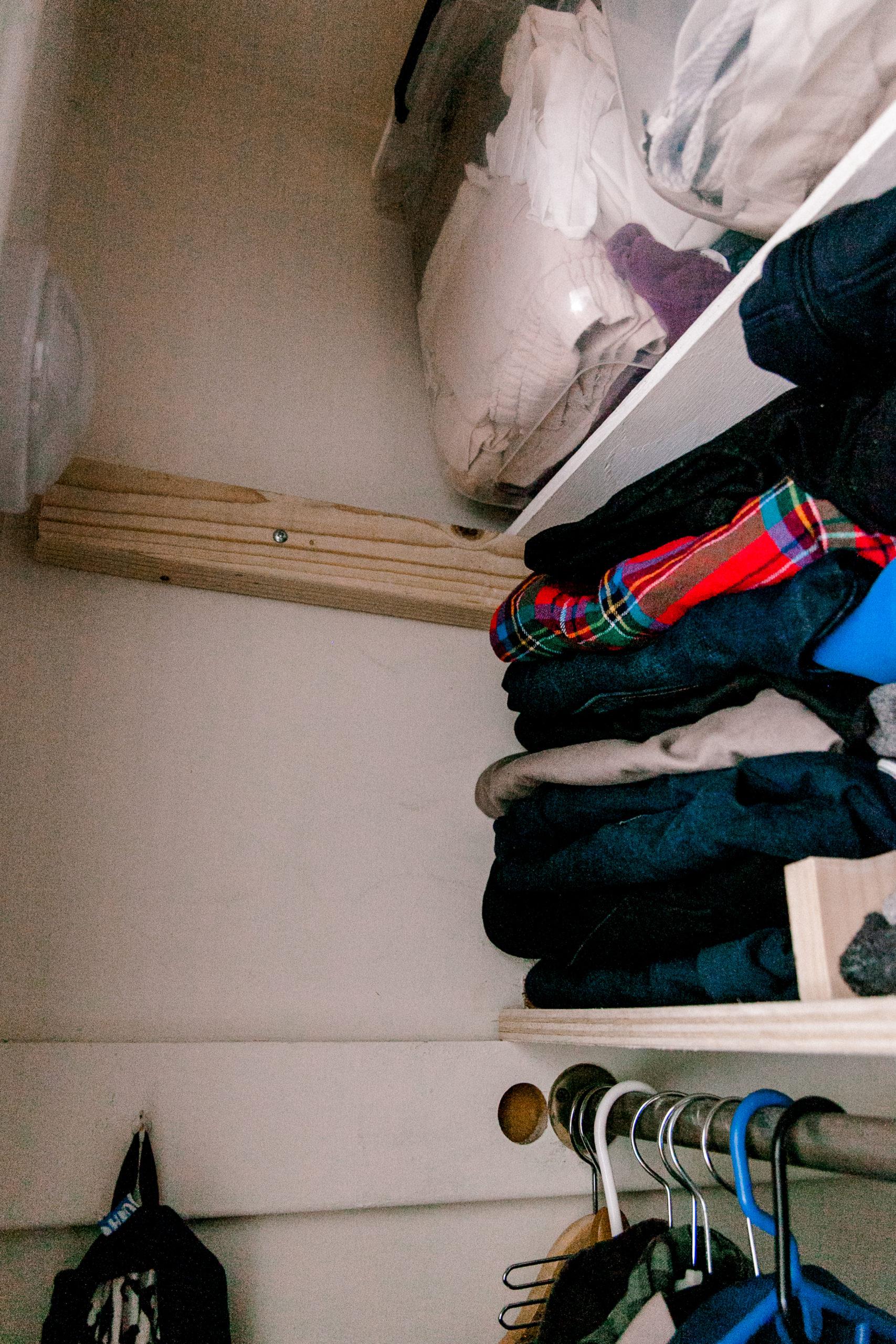 how to organize small closet